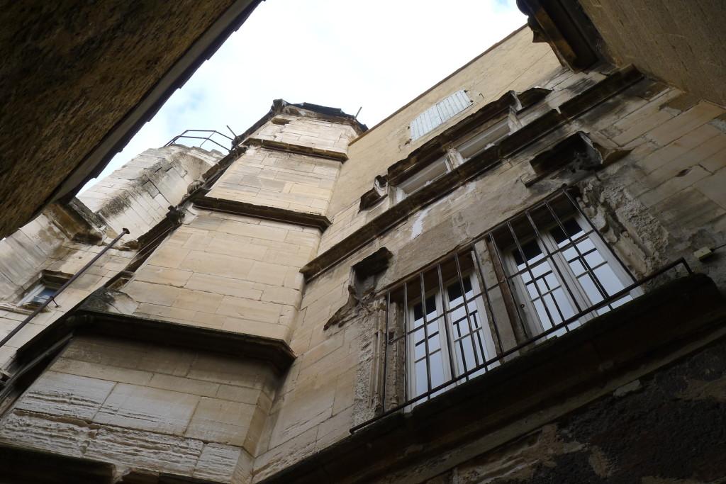Vue de la tour d'escalier depuis la cour intérieure